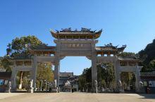 东华禅寺位于广东翁源县郊区东北部三公里处的东华山风景区内。从韶关东站有到翁源县的班车,一般半小时一班