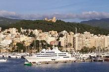 帕尔马,是西班牙的外岛城市,是阳光充沛的南欧小岛,上風光明媚,景点處處,遊人沿海边休闲散步,欣赏沿