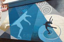 Sunset溜冰场,外墙上皆为与滑冰、冰球有关的剪影。花样滑冰的舒展、加拿大国球ice hockey