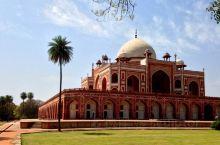 胡马雍陵是印度德里的莫卧儿皇帝胡马雍的坟墓。 它是印度的第一个花园坟墓,位于印度德里的尼扎穆丁东,