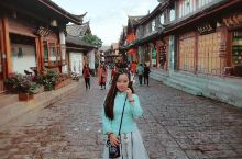 丽江古城的慢生活与四方街的热闹相映成趣,你可以想怎么穿就怎么穿,只要你喜欢,你美,泸沽湖湛蓝清澈的湖