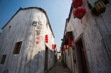白云悠悠,千年以降,孙吴的后人在这个依山傍水的小镇上传承出独特的孙氏文化。同样是黛瓦白墙,不同于皖南