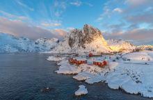 最美渔村挪威罗弗敦群岛雷纳小镇 挪威雷纳村位于北极圈内,整个村子依湖而建,四周群山环绕,几乎与世隔绝