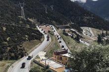 318国道剪子弯山的 天路18弯,经常能路遇高原铁军长长的车队。