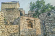 千年之前,太行山中,山西河北交界处,村民们用当地最普遍的材料——石头,建起了一个小村庄。  其中梁姓