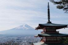 五重塔与富士山 关于富士山有一张非常经典的照片,前方是红色的五重塔,后方是富士山,春季被樱花包围时更