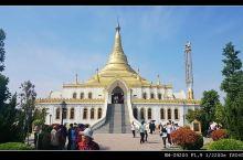 白马寺国际佛殿苑区是由印度,泰国,缅甸三个国家建筑的佛殿。泰国和缅甸建筑的佛殿都是金碧辉煌的,而印度