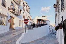 阳光浴下的纯白色小镇,请放慢脚步  这座被喻为西班牙最美的纯白色小镇米哈斯,让我想起摩洛哥的舍夫沙万