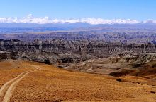 高处俯瞰 札达土林地区 和远处的雪山