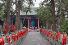 1800年前曹操把关羽的头葬在河南洛阳,现在成了旅游景点  关羽是大家非常熟悉的历史人物,距今已有1