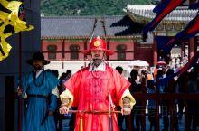 到首尔景福宫游玩,可别光顾着着急入园参观,要是错过了精彩的换岗仪式就太可惜了。景福宫守门将交接仪式重