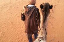 因为三毛,很多人知道了摩洛哥的撒哈拉,都说一生要来一次撒哈拉 我来了,只是因为喜欢沙漠,喜欢落日 夕