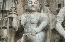 龙门石窟,卢舍那大佛是一般的游客最叹为观止的造像,其实两侧的菩萨,力士,天王更为精致和优美。托塔天王