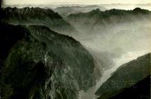 典藏旧三峡: 雄奇瞿塘峡 瞿塘天下险,夔门不二争。 栈道悬崖槽,纤夫怨尤深。