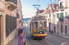 漫步里斯本街头,古老的电车仿佛穿行在城市里的电影时光机  乘客短暂的相遇记录着着老城鲜活的一瞬。当1