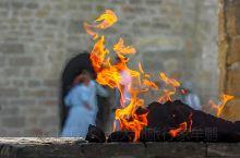 "Ateshgah波斯语意为""火地"",即有圣火的地方,是拜火教的圣地。拜火教开创于3千年前,它"