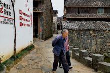 """秋天故事.融进""""空中乡村""""。乌石村始建于唐贞观年间,距今有1100多年历史。因古村的居民采用2亿年前"""