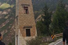建筑别具一格,空气特别清新,就是有点坑而已,不在藏寨区住宿不准开车到景区内,7公里往返车票要35元,