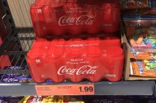 在都柏林的超市里闲逛,发现了可乐的价格超便宜。这个标价是一打的价格,就是说1.99刀12听。于是我毫
