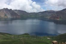 长白山天池,海拔2189.1米,湖水面积9.82平方公里,最深处达373米,一座休眠的火山,火山口积