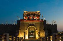 旅游旺季过后,江苏窑湾古镇变得冷清,不过夜景很美  江苏的窑湾古镇,位于徐州新沂市的骆马湖畔,与宿迁