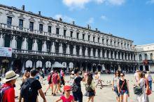 圣马可广场是威尼斯的中心广场 圣马克教堂建筑雄伟 总督宫是威尼斯总督的官邸 广场现在有欧洲的露天咖啡