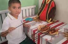 霍城令我印象最深的就是果子沟大桥和艾克白尔烤肉了 这位小盆友吃的只是放学后的加餐 桌上是兄弟俩的垫肚