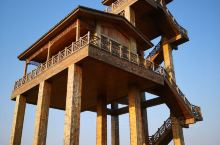 这个观景台一定要去。高高伫立在一片湿地上,就像古战场的瞭望塔。