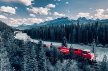 距离加拿大班服国家公园路易斯湖不远,弯弯的铁路沿着鮑河,从树林中穿过,摄影爱好者打卡地点