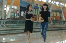 西班牙首都马德里国际机场,高颜值中国美女与设施一般的机场。