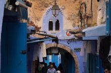 一个摩洛哥山谷古镇 舍夫沙万,就借助他兰色的梦幻,,当地人民 精致的兰色情调的生活,征服了全世界,让
