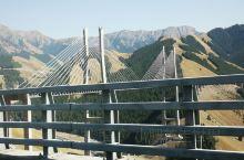 果子沟大桥,建设于07年8月22日。赛里木湖至果子沟口,桥梁全长700米,桥面距谷底净高达200米,