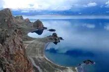 此处是纳木错北岸著名的恰多南卡岛,山上远远的看去纳木错的湖岸线形成了两个完美的弧形,弧形的中间突兀耸