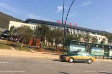 梅州高铁站的公交车站候车亭,目前有41路; 55路; 94路; 95路夜班; 96路,往返市区。