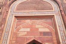 阿格拉红堡__印度古皇宫(皇宫只剩下建筑,不计其数皇家内饰大量文物被英国殖民结束后掠走)。