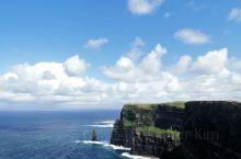 莫赫悬崖(CliffsofMoher),在爱尔兰岛中西部的边缘。悬崖面向浩瀚无际的大西洋,以奇险闻名