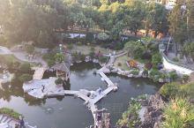 """菽庄花园 建于1913年,是林尔嘉的私人花园,以他的字""""叔藏""""谐音而命名,花园面向大海,背依日光岩,"""
