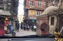 尼泊尔很多路是很窄的,听说那里的车比国内要贵许多。