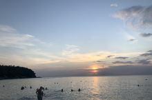 第一次去普及,在激动的心情里,不断地发现异地的美,美在海的颜色,美在景的别致,走在松软的沙滩上,感受