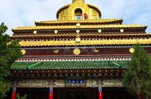 拉卜楞寺的贡唐宝塔,是需要单独买票才能进入的。 不过登上去之后,可以看到拉卜楞寺周边的全景,也算是值