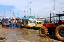 清晨来到美蕊沙渔船码头,是当地一个较大的鱼市,只见熙熙攘攘的人群,还有手推车、摩托车、小货车和拖拉机