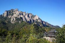 一座有趣的山 更有趣的是把这座山画的有趣的人  私家车得停在山脚下售票处,共同乘大巴上山。此山更适合