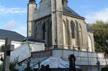 对话 欧洲的教堂,不少是墓地环绕,甚至有些王族直接包下教堂作祖坟。但真把人骨挖出来装饰,可能也只有欧
