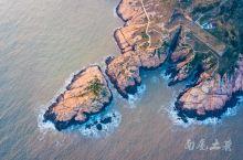 一堆经过风化的红石头向嵊山岛的东南方向延伸,海岸形成波涛汹涌的高崖绝壁,俯瞰礁崩石碎,沉浮于碧波白浪