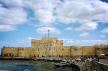 城堡没有进去,因为被地中海吸引了~如碧玉的地中海看着那么温柔,但却让人沉醉,海浪不大但还是会卷起一捧