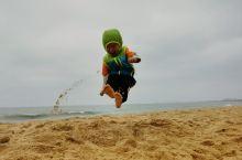 海岸线特别长,还有小帆船出海,视野开阔小朋友玩的特别开心,沙滩有各种各样颜色大小不一样贝壳,沙粒比蜈