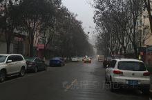 疫情下的宝鸡高新一角,毛毛细雨下整个古陈仓完全笼罩在雾霾中,空气质量极差,街道行人稀少,穿行车辆寥窍
