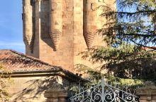 萨拉曼卡有很多外型美观的古建筑。 1-Torre del Clavero Tower 2/3-Con
