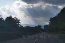 大理去腾冲的路只有三百公里路程,足足开了五个多小时。从这山到那山,尽在眼前的路,因为海拔高差的原因,