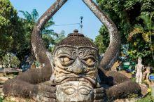 老挝万象最奇特的寺庙,巨型南瓜雕塑十足抢眼  位于老挝万象郊区的佛像公园(又名香昆寺),是我在老挝见